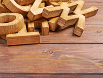Pilha de letras de madeira sobre a superfície de madeira Imagem de Stock