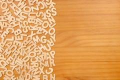 Pilha de letras de madeira sobre a superfície de madeira Fotografia de Stock