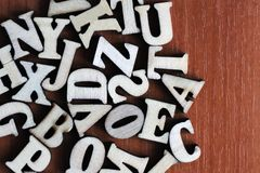 Pilha de letras de madeira sobre a superfície de madeira como uma composição do fundo da tipografia Imagens de Stock Royalty Free