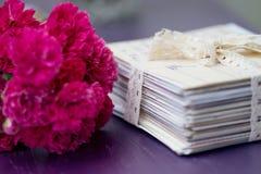 Pilha de letras velhas com rosas imagens de stock royalty free