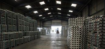A pilha de lingotes de alumínio crus no alumínio perfila a fábrica imagem de stock royalty free
