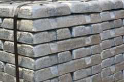Pilha de lingotes prateados crus Imagens de Stock