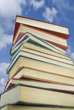 Pilha de livro de encontro a um céu dos verões Fotografia de Stock