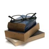 Pilha de livro e de vidros fotografia de stock royalty free