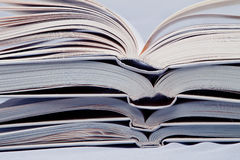 Pilha de livros abertos Fotos de Stock Royalty Free