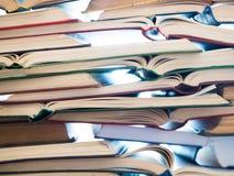 Pilha de livros abertos Biblioteca, literatura, educação, informação, aprendendo, lendo o conceito imagem de stock royalty free