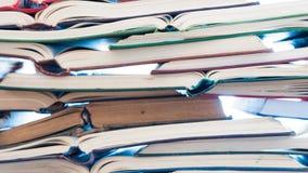 Pilha de livros abertos Biblioteca, literatura, educação, informação, aprendendo, lendo o conceito fotografia de stock royalty free