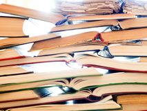 Pilha de livros abertos na tabela foto de stock royalty free