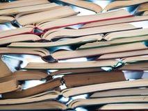 Pilha de livros abertos na tabela foto de stock