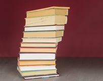 Pilha de livros coloridos Educa??o e conceito do entretenimento fotografia de stock