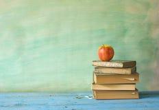 Pilha de livros com maçã fotos de stock