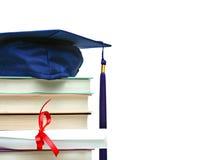 Pilha de livros com tampão e diploma no branco Imagem de Stock
