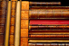 Pilha de livros do vintage em prateleiras fotografia de stock