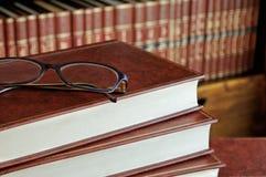 Pilha de livros e de detalhe dos vidros Fotos de Stock Royalty Free