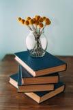 Pilha de livros e de flores Foto de Stock