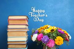Pilha de livros e um ramalhete das flores Imagem de Stock Royalty Free