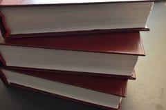 Pilha de livros, folhas brancas imagem de stock royalty free