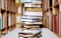 Pilha de livros isolados no fundo Fotos de Stock