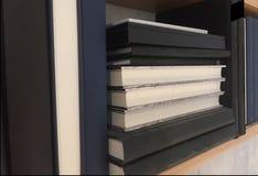 Pilha de livros na estante Os livros de leitura são originais da educação imagens de stock royalty free