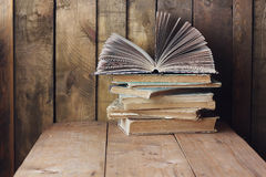 A pilha de livros na tabela Ainda vida com livros Foto de Stock Royalty Free