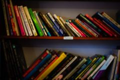 Pilha de livros nas prateleiras Aprender o conceito com biblioteca registra nas prateleiras Capas do livro coloridas no armário d fotografia de stock