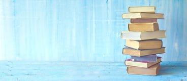 Pilha de livros no fundo sujo azul Imagens de Stock Royalty Free