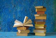 Pilha de livros, uma aberta, Foto de Stock