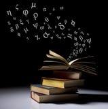 Pilha de livros velhos com letras Fotografia de Stock Royalty Free