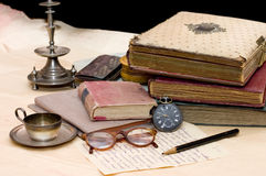 Pilha de livros velhos e de coisas diferentes Imagens de Stock