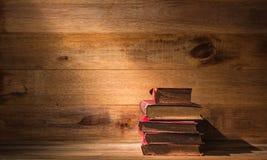 Pilha de livros velhos na tabela de madeira fotografia de stock royalty free