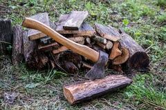 Pilha de logs com machado Imagens de Stock