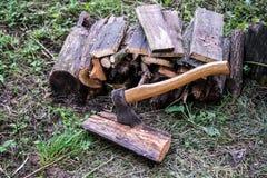 Pilha de logs com machado Imagens de Stock Royalty Free