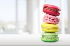 Pilha de macarons coloridos no fundo claro Foto de Stock