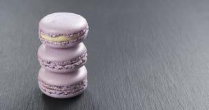 Pilha de macarons da alfazema na placa da ardósia Fotografia de Stock
