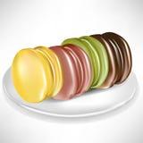 Pilha de macaroons coloridos na placa Imagens de Stock