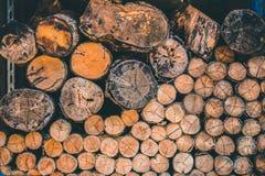 Pilha de madeira da árvore da textura de madeira natural da natureza dos logs imagem de stock royalty free