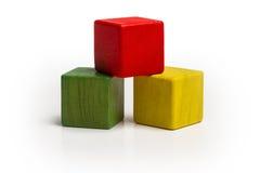 Pilha de madeira dos blocos do brinquedo, cubo multicolorido da pirâmide Imagem de Stock Royalty Free