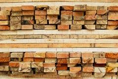 Pilha de madeira serrada no armazenamento dos registros fotografia de stock