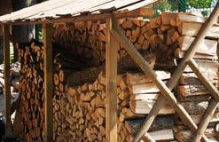 Pilha de madeira sob a tampa Imagem de Stock Royalty Free