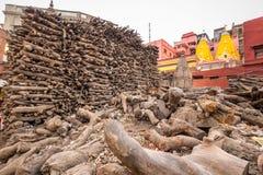 Pilha de madeira Varanasi fotografia de stock royalty free