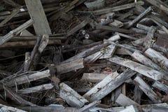 A pilha de madeira velha dos restos, recicla madeiras Fotografia de Stock