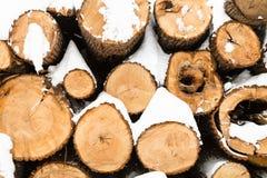 pilha de madeiras vistas no inverno Fotos de Stock