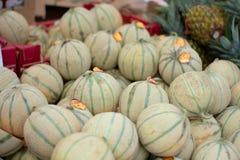 Pilha de melões de Charentais no mercado fotos de stock royalty free