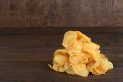Pilha de microplaquetas de batata cozinhadas chaleira Imagem de Stock