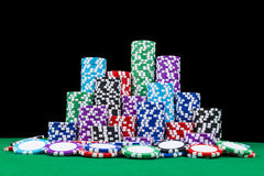 Pilha de microplaquetas de pôquer em uma tabela verde do pôquer do jogo com os dados do pôquer no casino Jogando um jogo com dado Foto de Stock Royalty Free