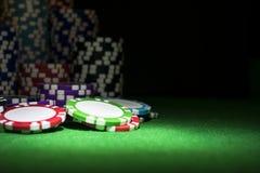Pilha de microplaquetas de pôquer em uma tabela verde do pôquer do jogo no casino Conceito do jogo de pôquer Jogando um jogo com  Foto de Stock Royalty Free