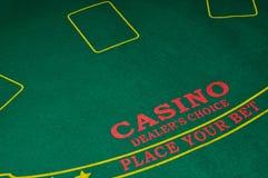 Pilha de microplaquetas em uma tabela do casino foto de stock