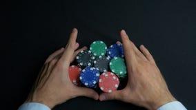 Pilha de microplaquetas de pôquer e de duas mãos na tabela Close up de microplaquetas de pôquer nas pilhas na superfície da tabel Imagem de Stock