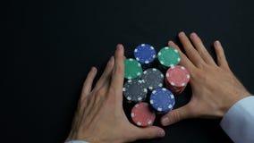 Pilha de microplaquetas de pôquer e de duas mãos na tabela Close up de microplaquetas de pôquer nas pilhas na superfície da tabel Fotos de Stock Royalty Free