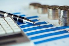 Pilha de moeda com gráfico de barra Fotos de Stock Royalty Free